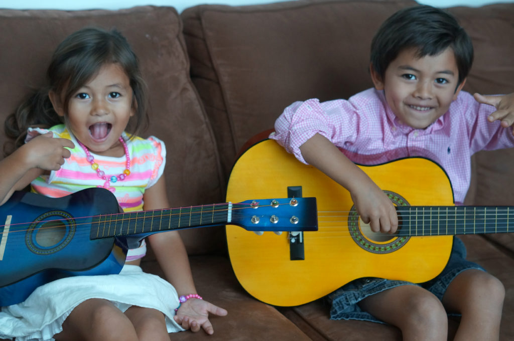 kids-having-fun-learning-guitar-lesson