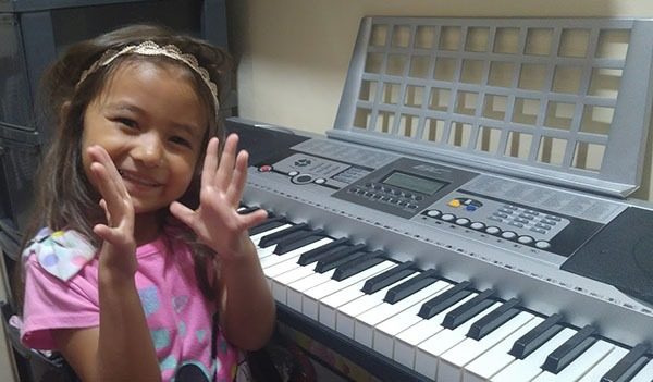 girl clapping hands piano